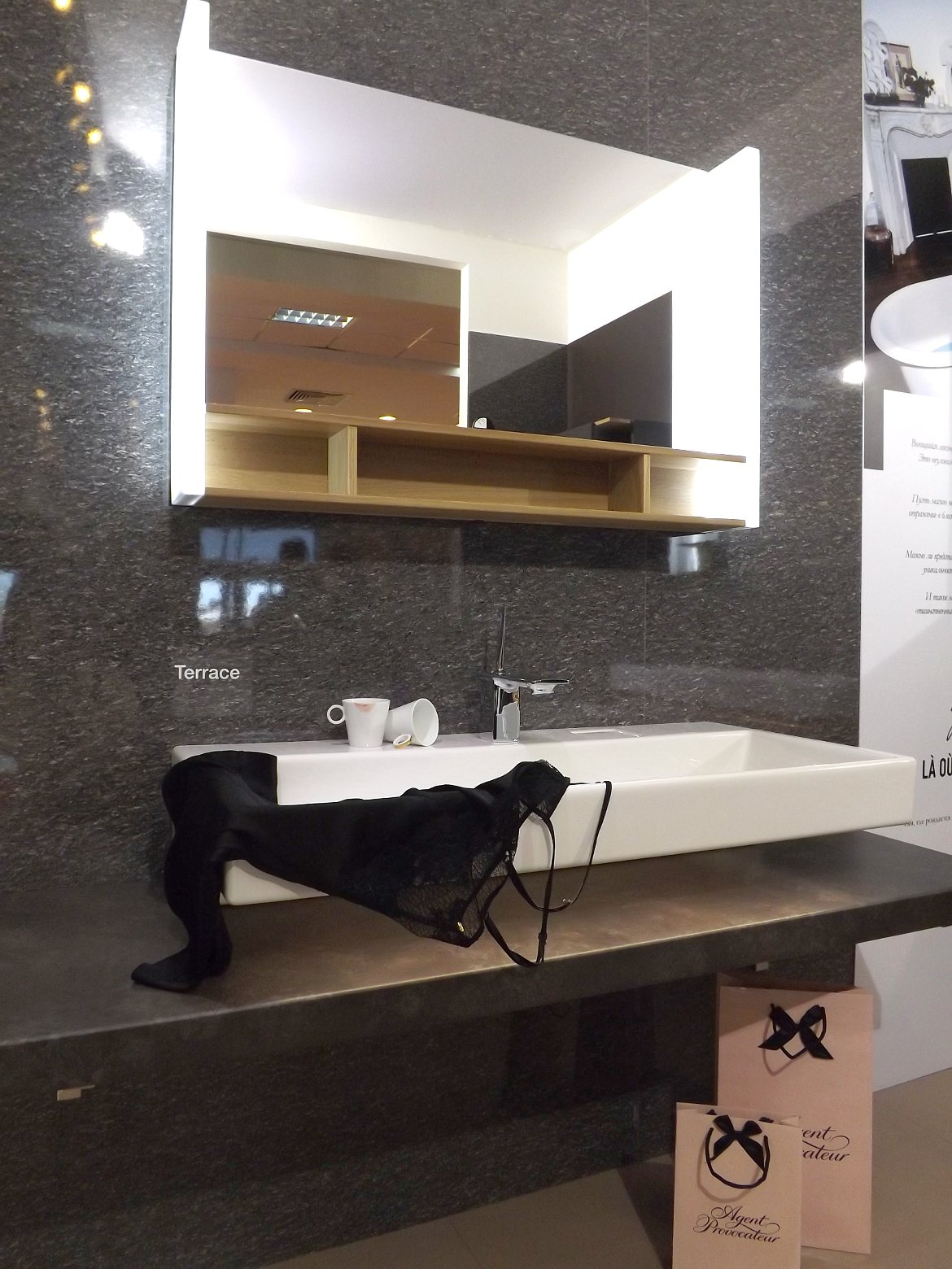 Модные тренды сантехники и аксессуаров для ванной 2016: умывальник с зеркалом и полочками на экспозиции от Jacob Delafon во время выставки MosBuild