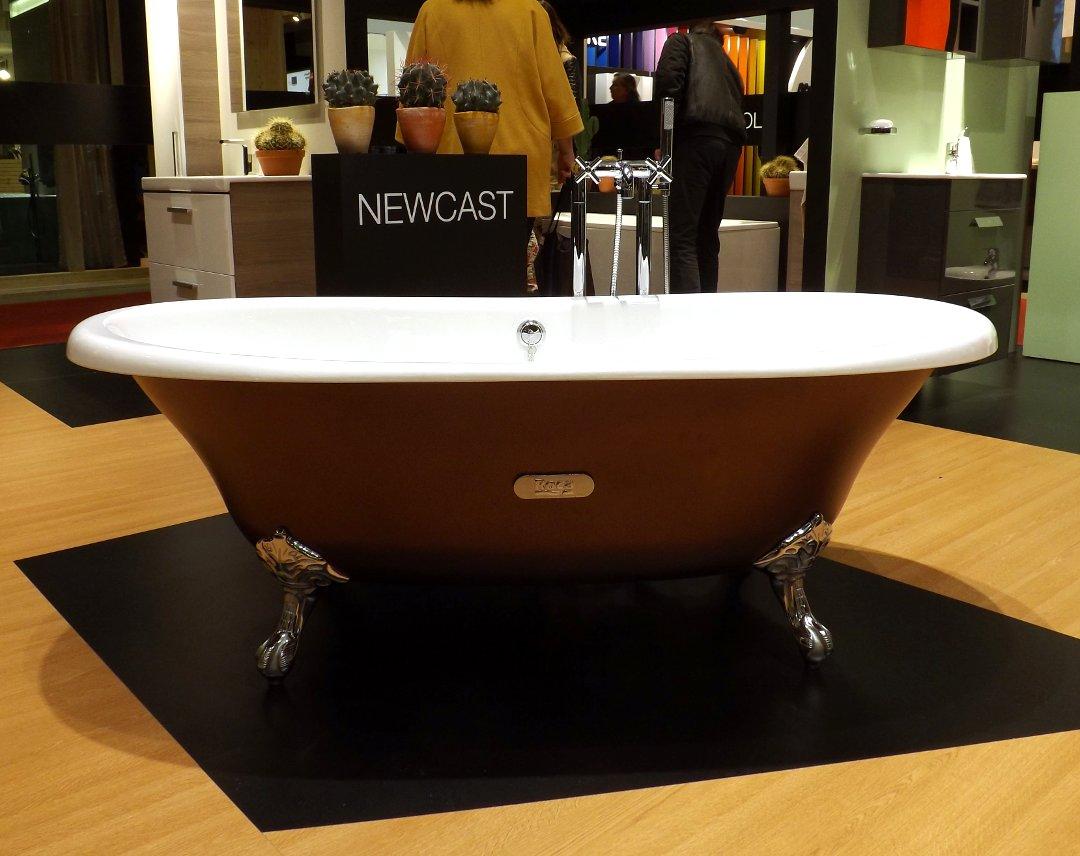 Отдельно стоящая ванна с декоративным оформлением внешней поверхности на международной строительной выставке «МосБилд»