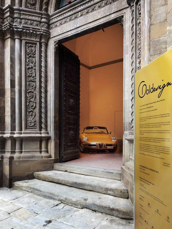 Вход в помещение с золотым интерьером в Ареццо (Италия)