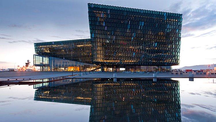 Концертный зал и конференц-зал Harpa в Рейкьявике (Исландия), где установлена санкерамика немецкой компании Duravit