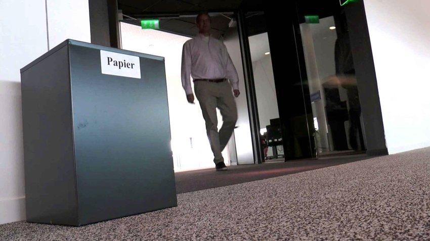 Ящик для бумаг, как напоминание о недавнем прошлом компании: иллюстрация для статьи об офисе, где сотрудники обходятся без бумаги