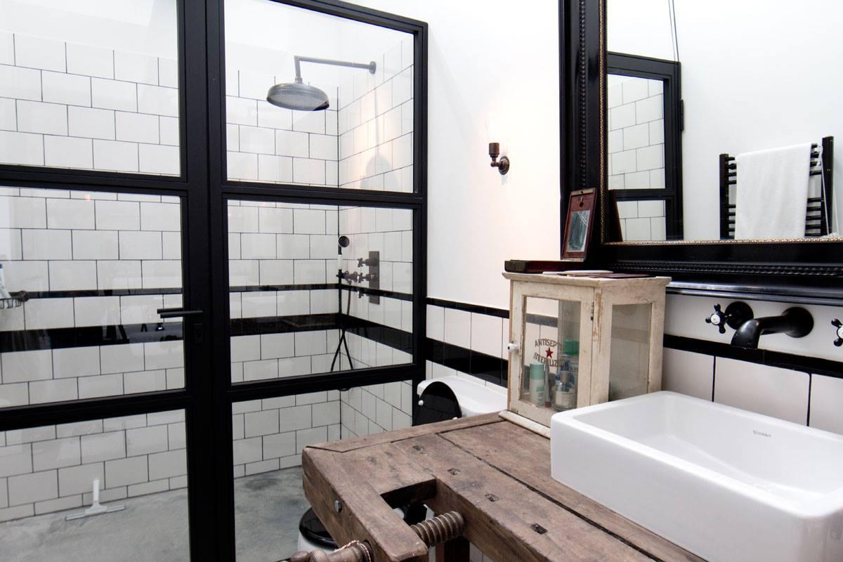Раковина из коллекции Duravit VERO в интерьере дома-гаража