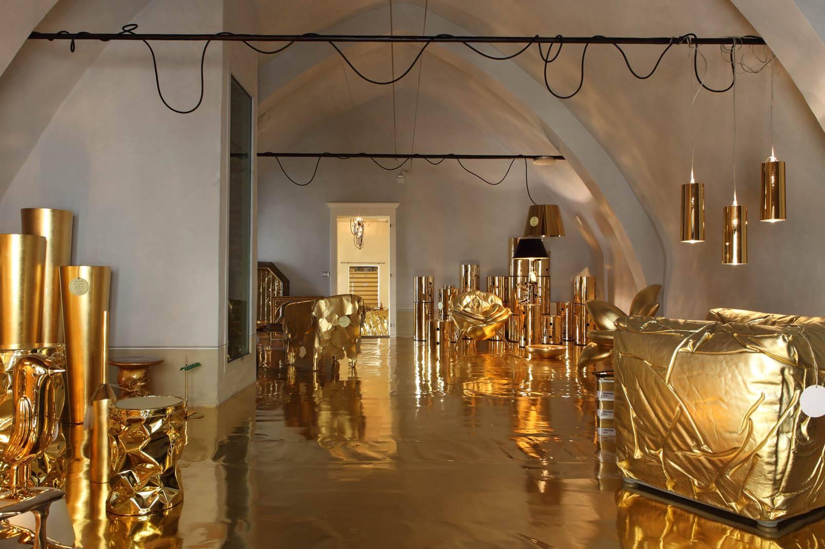 Светильники, кресла и другие элементы золотого интерьера