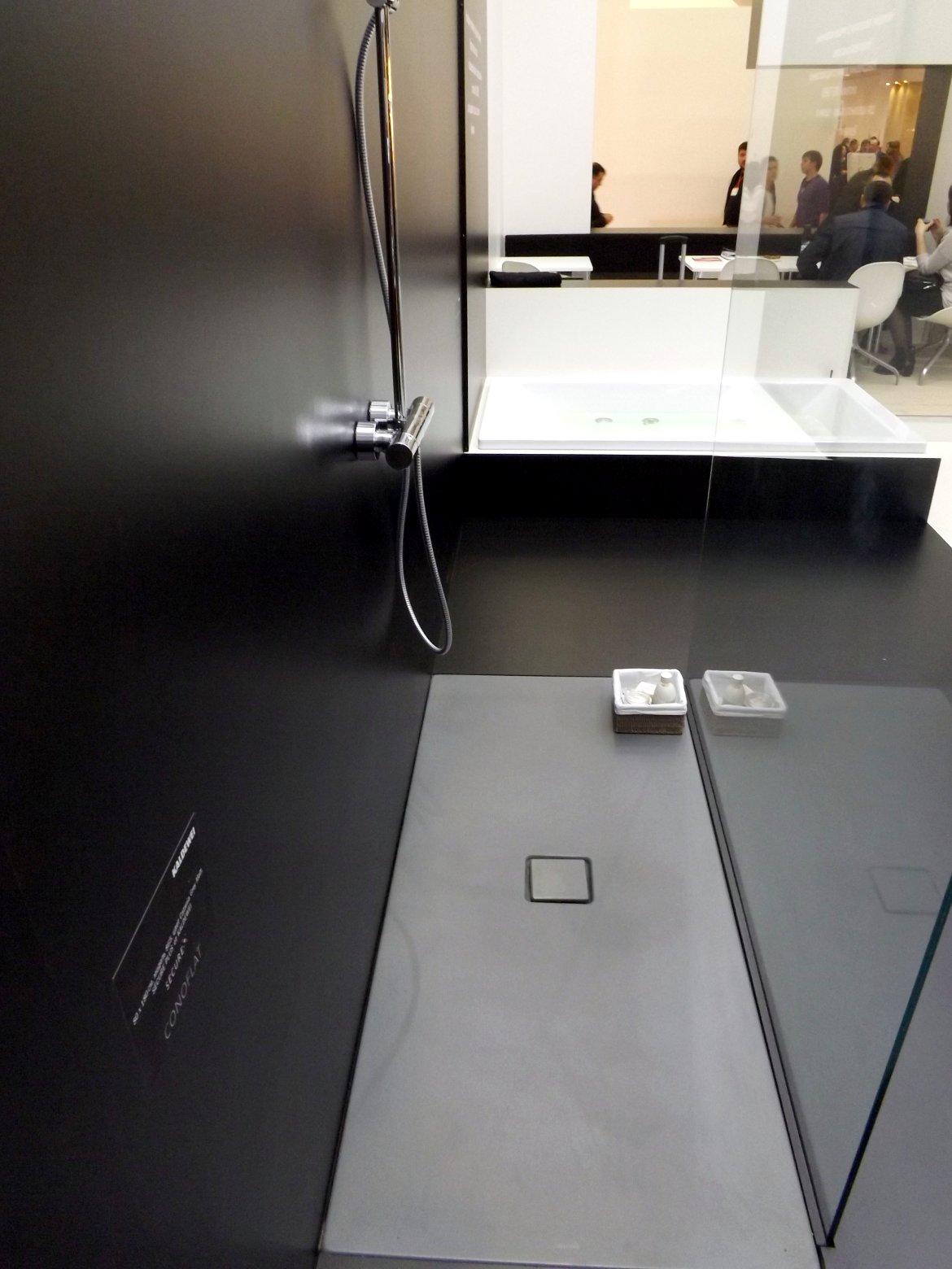 Модные тренды сантехники и аксессуаров для ванной 2016: душевая с плоским поддоном (без порогов) на экспозиции от Kaldewei во время выставки MosBuild