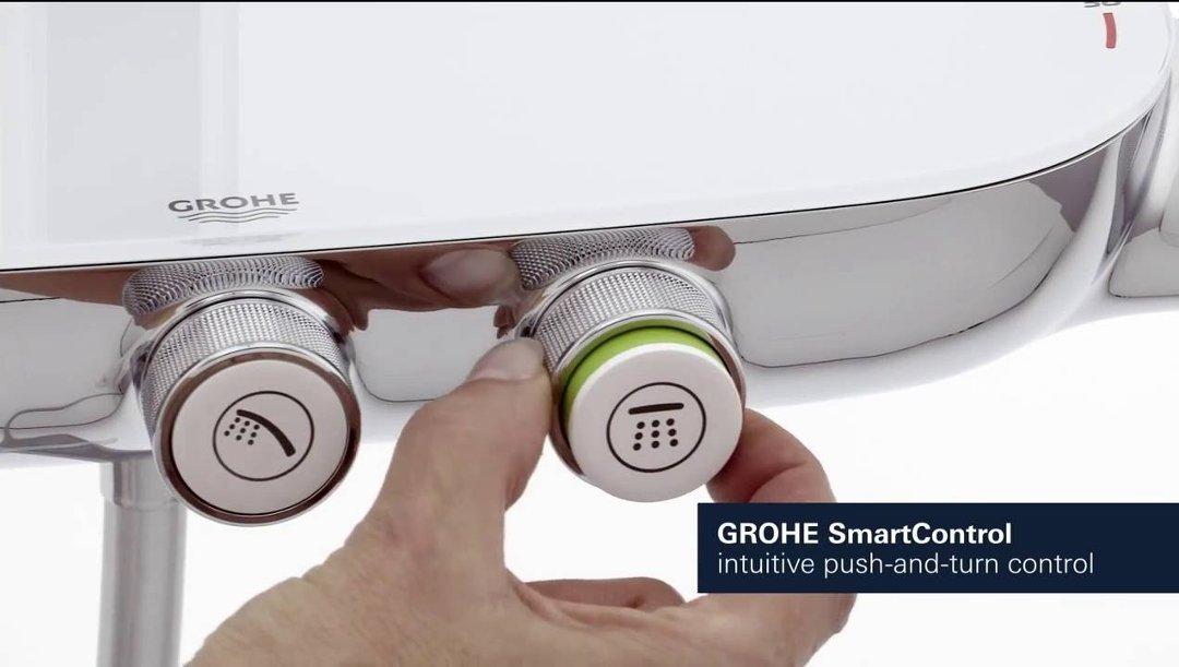Иллюстрация процесса использования душевой системы  RAINSHOWER® SMARTCONTROL от Grohe: вращение регулятора напора