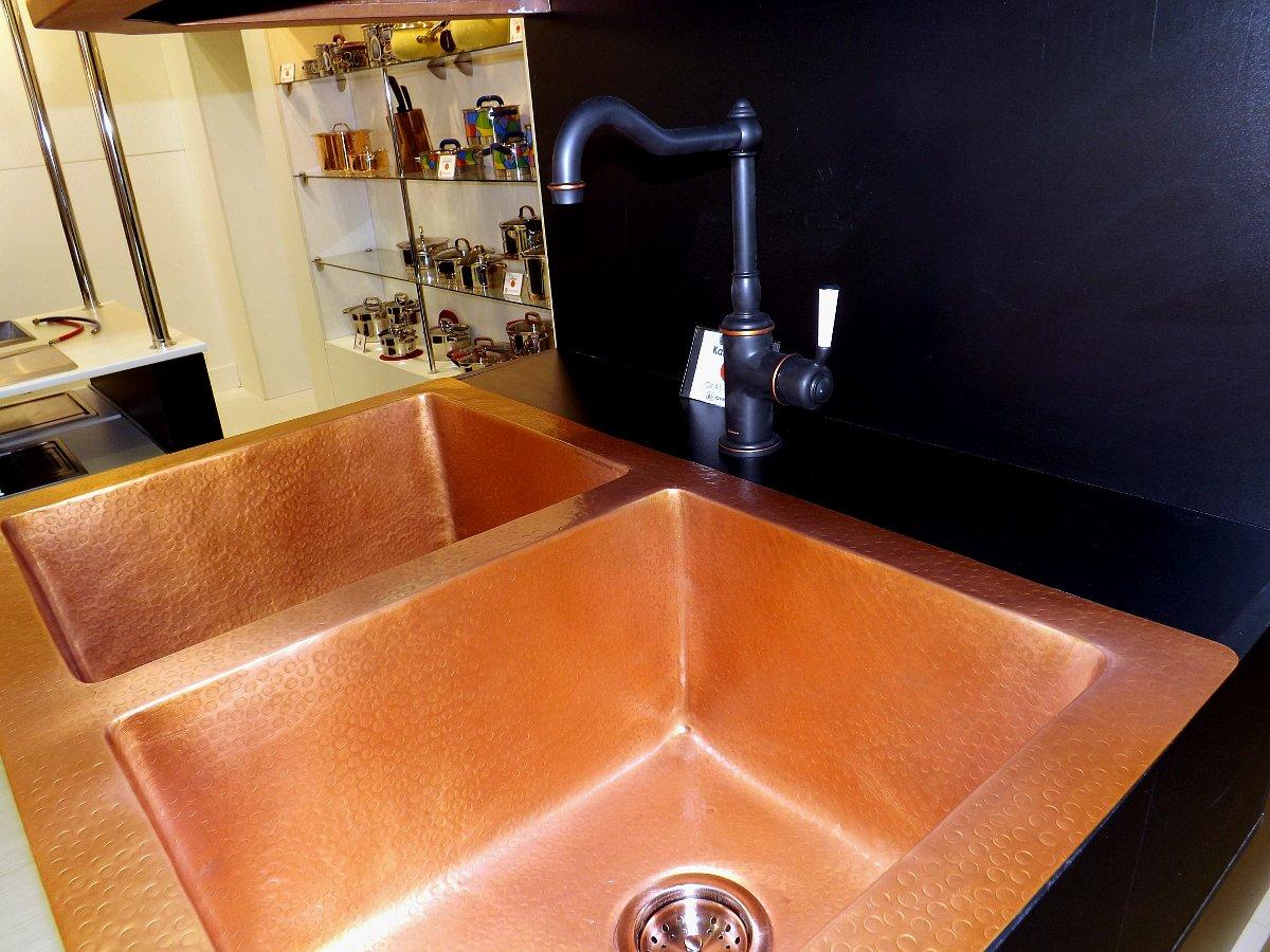 Медная кухонная мойка, смеситель и вытяжка Omoikiri на выставке МЕБЕЛЬ 2013 в московском Экспоцентре. Вид Б