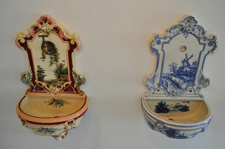 Настенные умывальники из фаянса 1890-1895 гг. от Laufen в австрийском музее керамики (г. Гмунден)