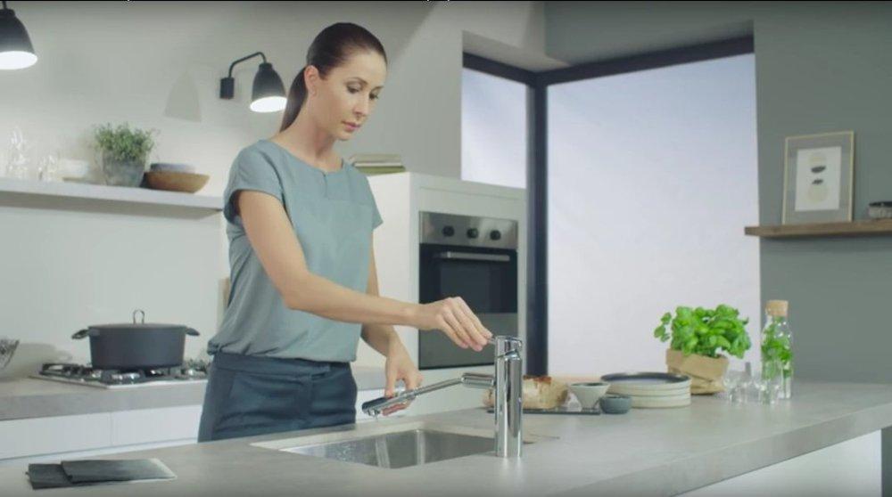 Иллюстрация применения технологии EasyDock, воплощённой в кухонном смесителе от Grohe 2016 из серии CONCETTO