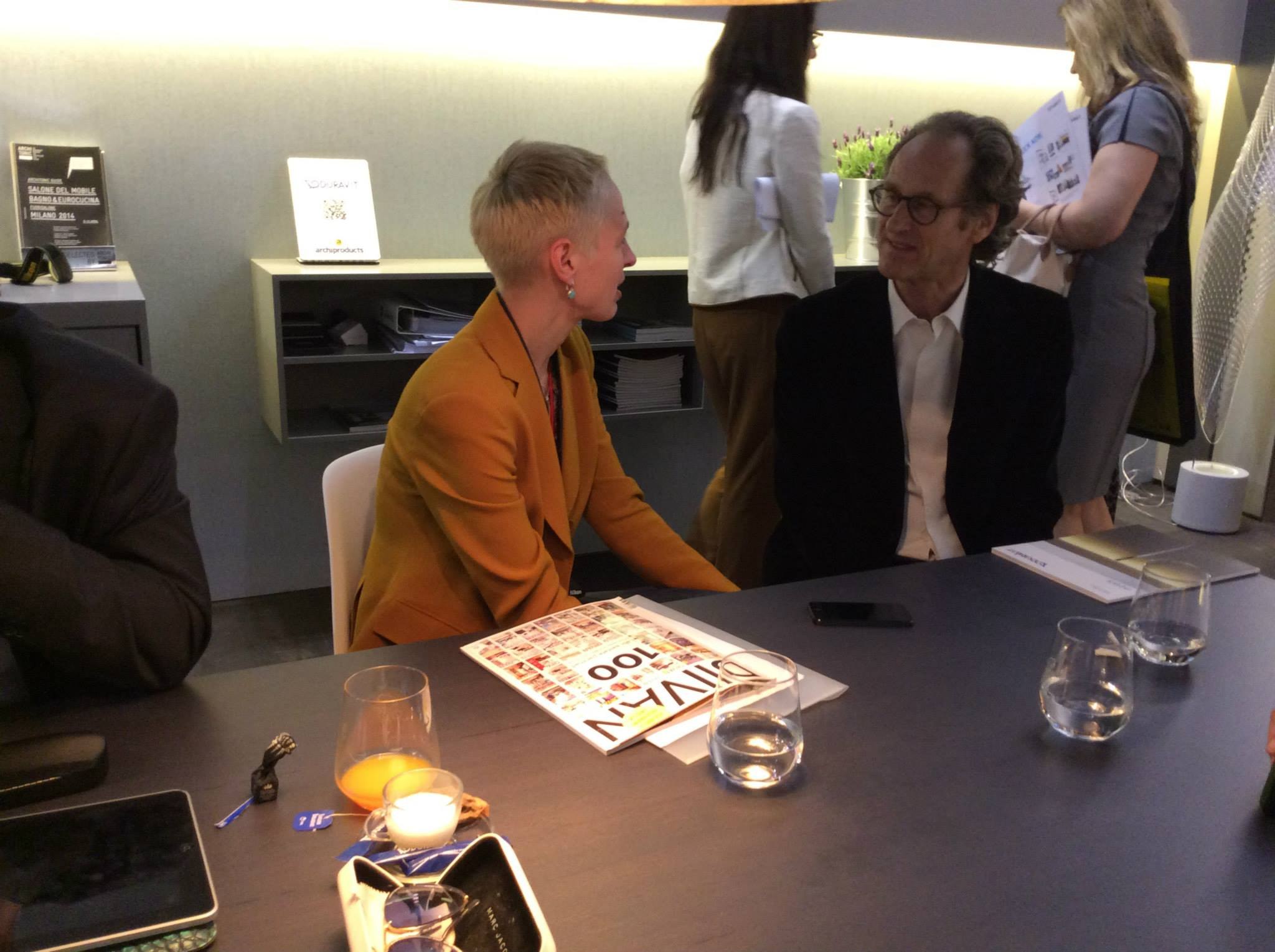 Маттео Тун (справа) беседует на выставочном стенде Duravit 2014 в Милане о своём проекте DuraStyle и т.п.