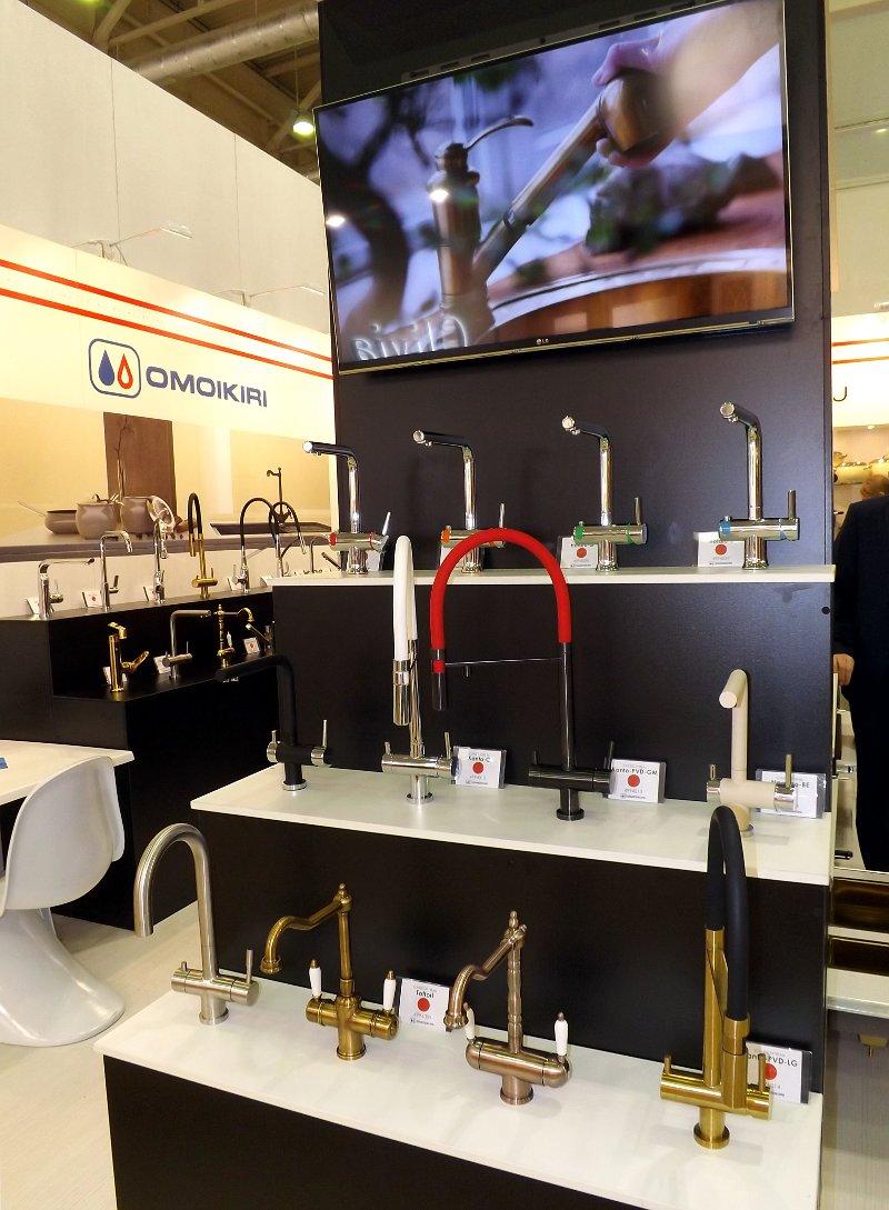 Смесители для кухонных моек Omoikiri на выставке МЕБЕЛЬ 2013 в московском Экспоцентре. Вид А
