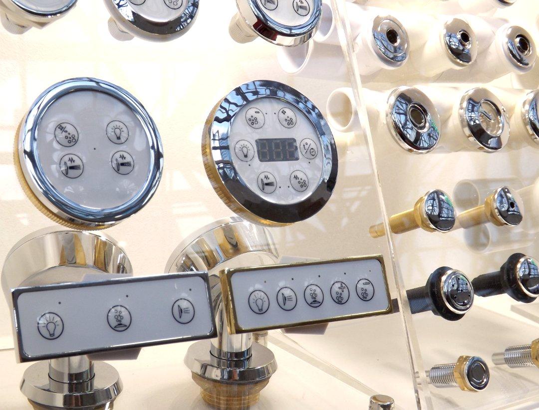 Элементы блока управления и подачи воды для ванн с гидромассажными системами, представленные на выставке MosBuild 2017 в Москве