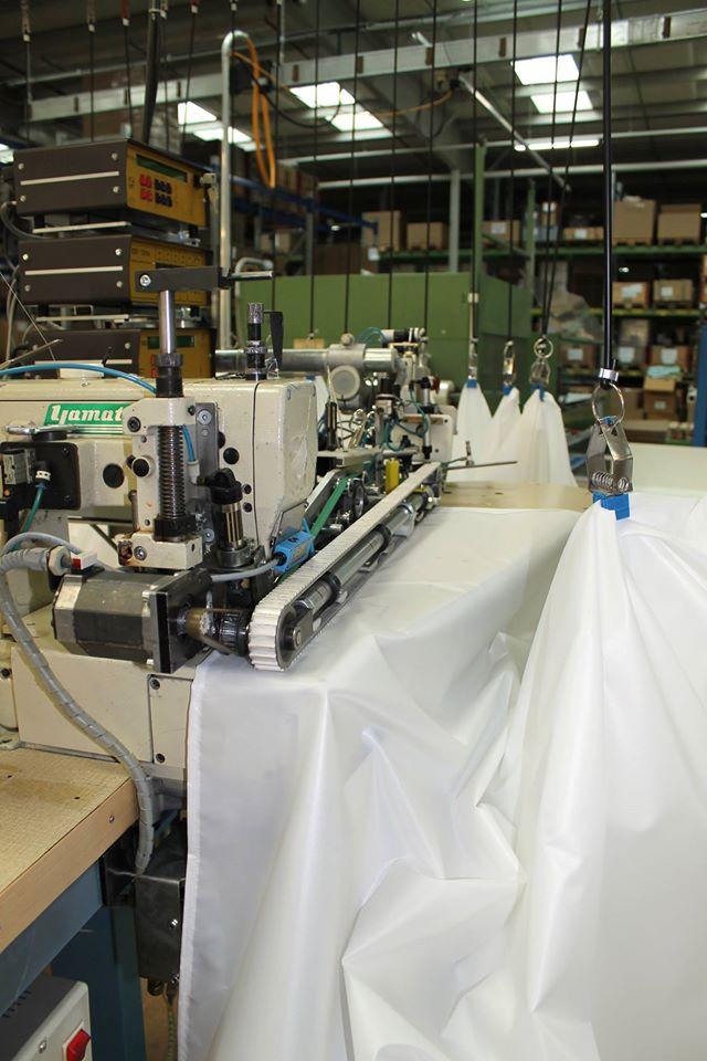 Иллюстрация к статье о производственных процессах по созданию аксессуаров для ванной от Spirella 2015-16 годов - автоматическая обработка штор для ванной