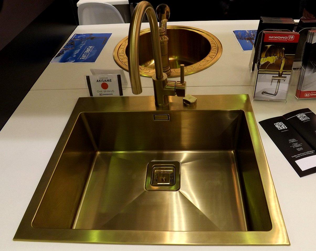 Кухонная мойка из нержавейки с PVD-покрытием и смеситель Omoikiri на выставке МЕБЕЛЬ 2013 в московском Экспоцентре