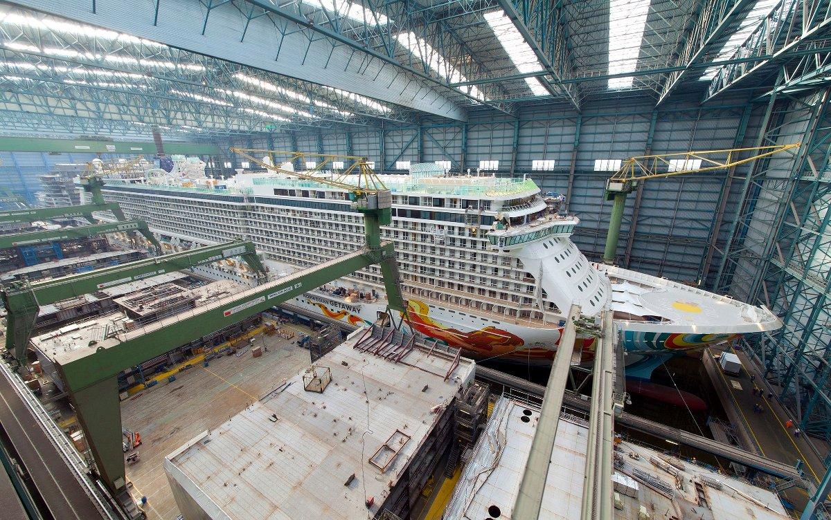 Иллюстрация к статье о сантехнике на океанских круизных лайнерах: строительство лайнера Norwegian Getaway в доке Meyer Werft