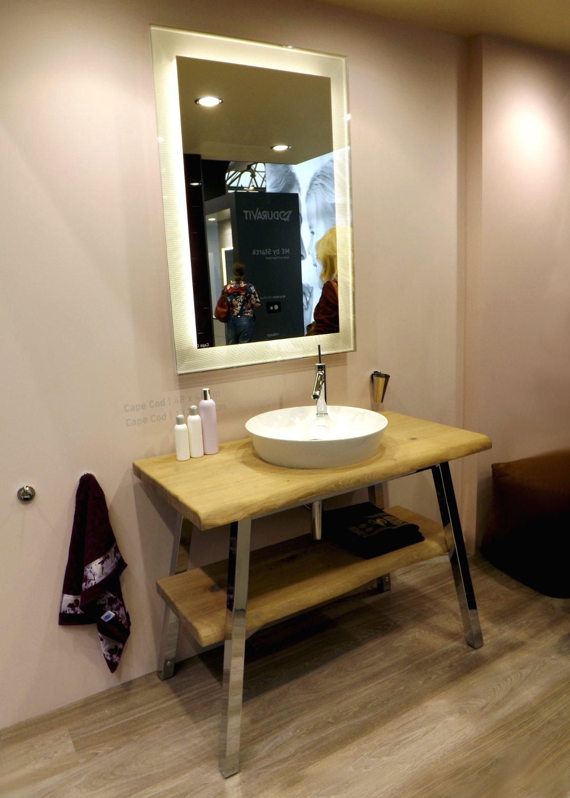 Умывальник, зеркало и мебель из коллекции Cape Cod на экспозиции компании Duravit во время выставки MosBuild 2015