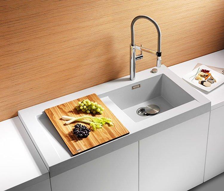 Кухонная мойка из коллекции MODEX 2012 года в цветовом исполнении из гаммы SILGRANIT с соответствующим по стилю смесителем Blanco. Вид И