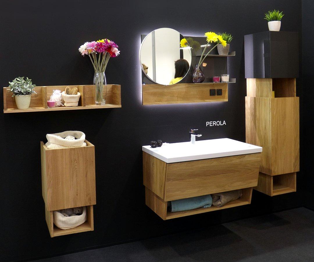 Мебель с раковиной и зеркало с подсветкой для ванной комнаты, представленные на выставке MosBuild 2017 в Москве. Вариант А