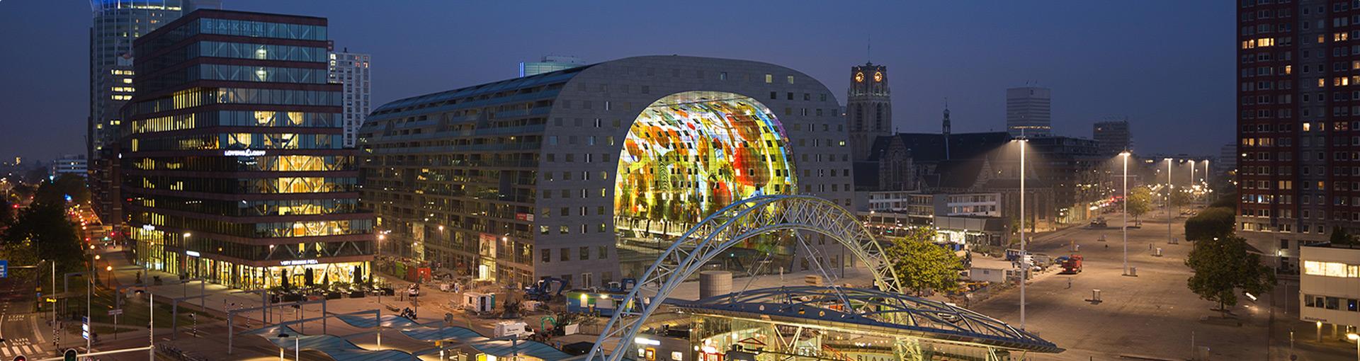 Первый крытый продовольственный рынок Нидерландов Markthal Rotterdam. Панорамный вид города