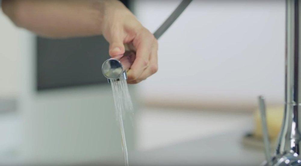 Иллюстрация применения технологии EasyDock, воплощённой в одном из кухонных смесителей из ассортимента Grohe 2016 - переключение режима струи