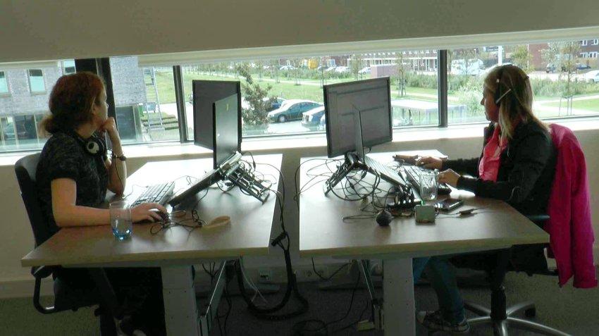Внутри офис может выглядеть так: иллюстрация для статьи об офисе, где сотрудники обходятся без бумаги - вид Б