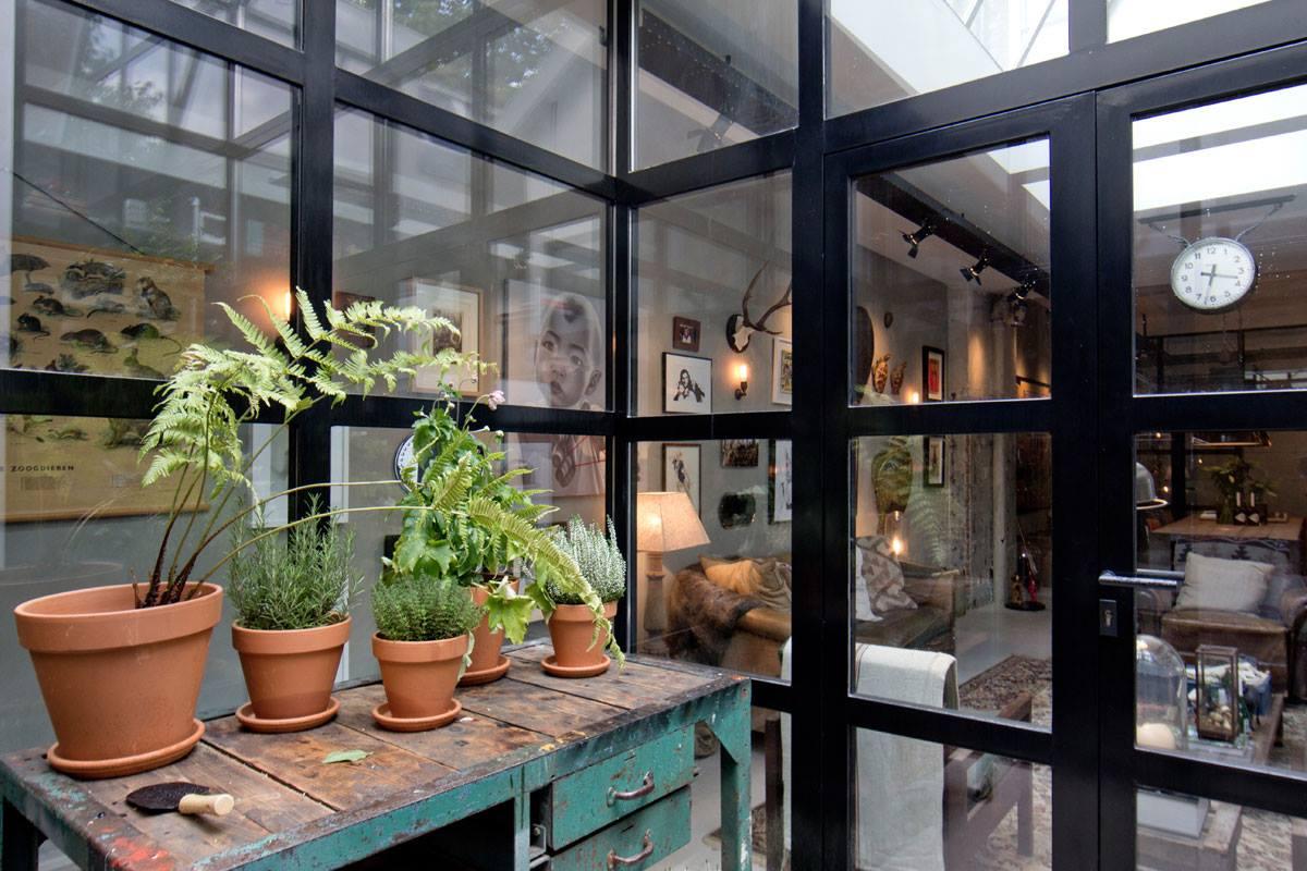 Интерьер дома-гаража, в котором для оборудования санузла использована раковина Duravit VERO. Вид Б