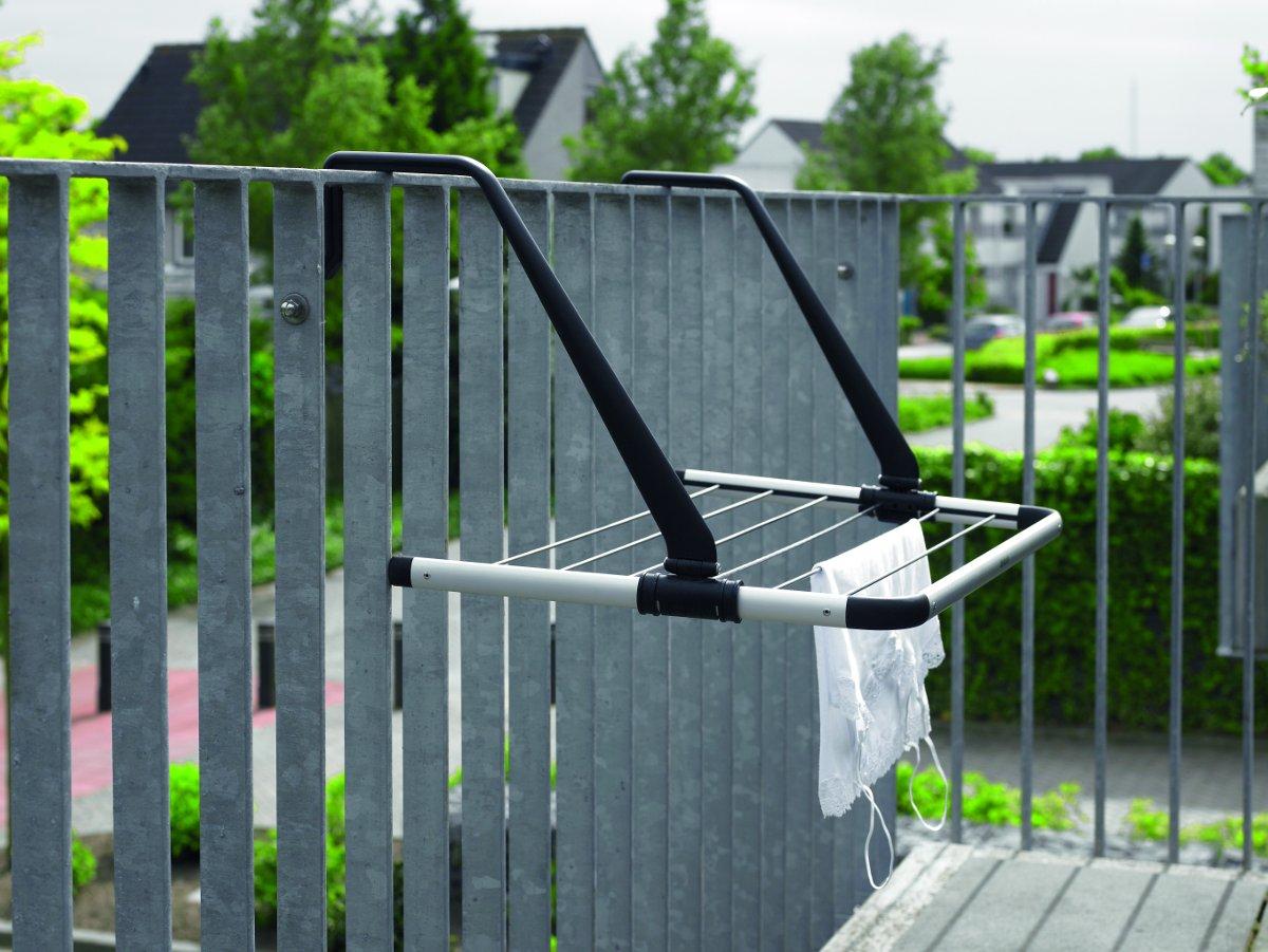Подвесная (надверная) сушилка для белья от Brabantia в рабочем положении на балконе