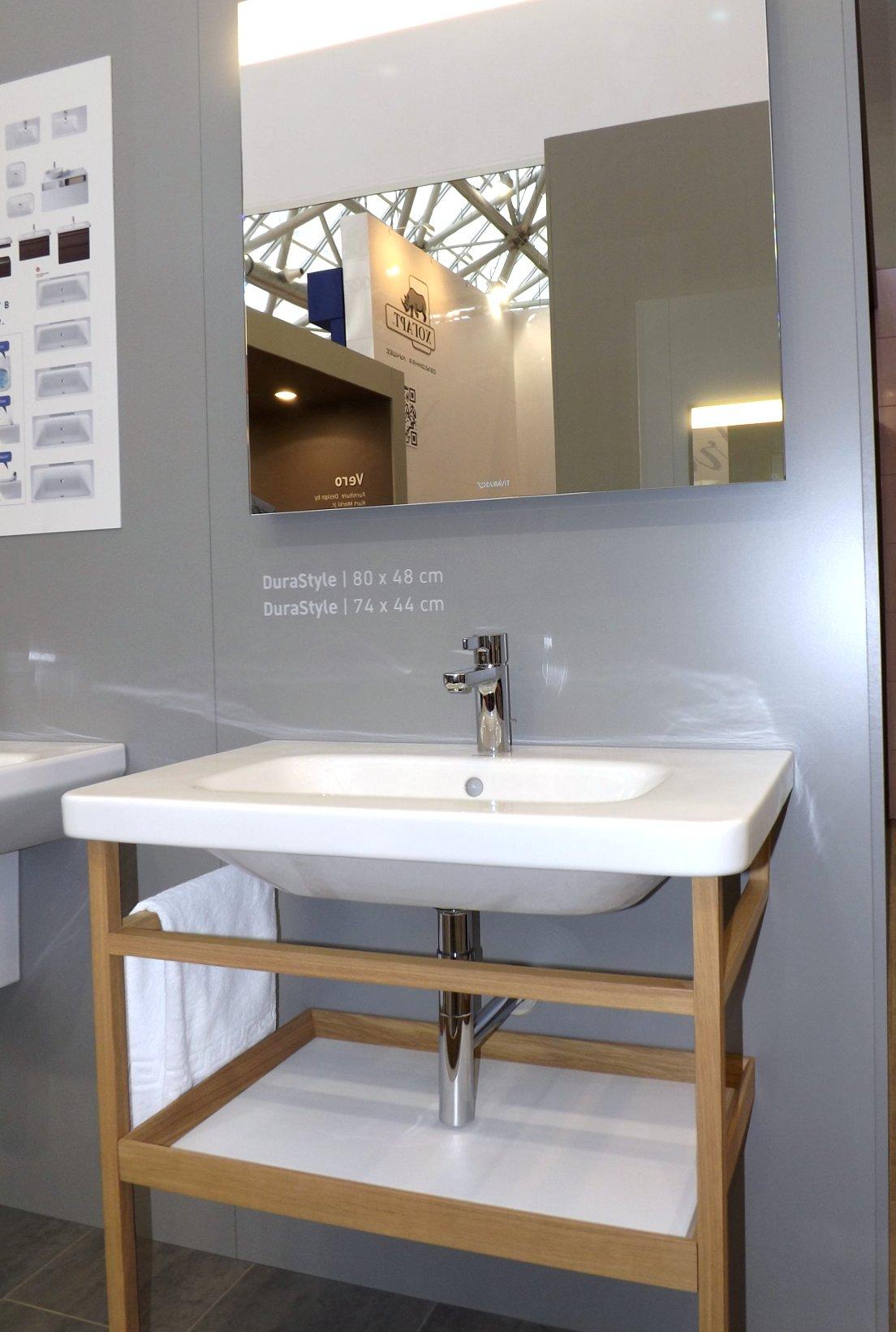 Модные тренды сантехники и аксессуаров для ванной 2016: умывальник с зеркалом и открытой полкой под раковиной на экспозиции от Duravit во время выставки MosBuild