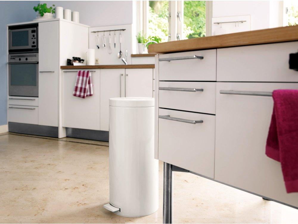 Мусорный бак от Brabantia белого цвета гармонично сливается с оформлением интерьера данной кухни