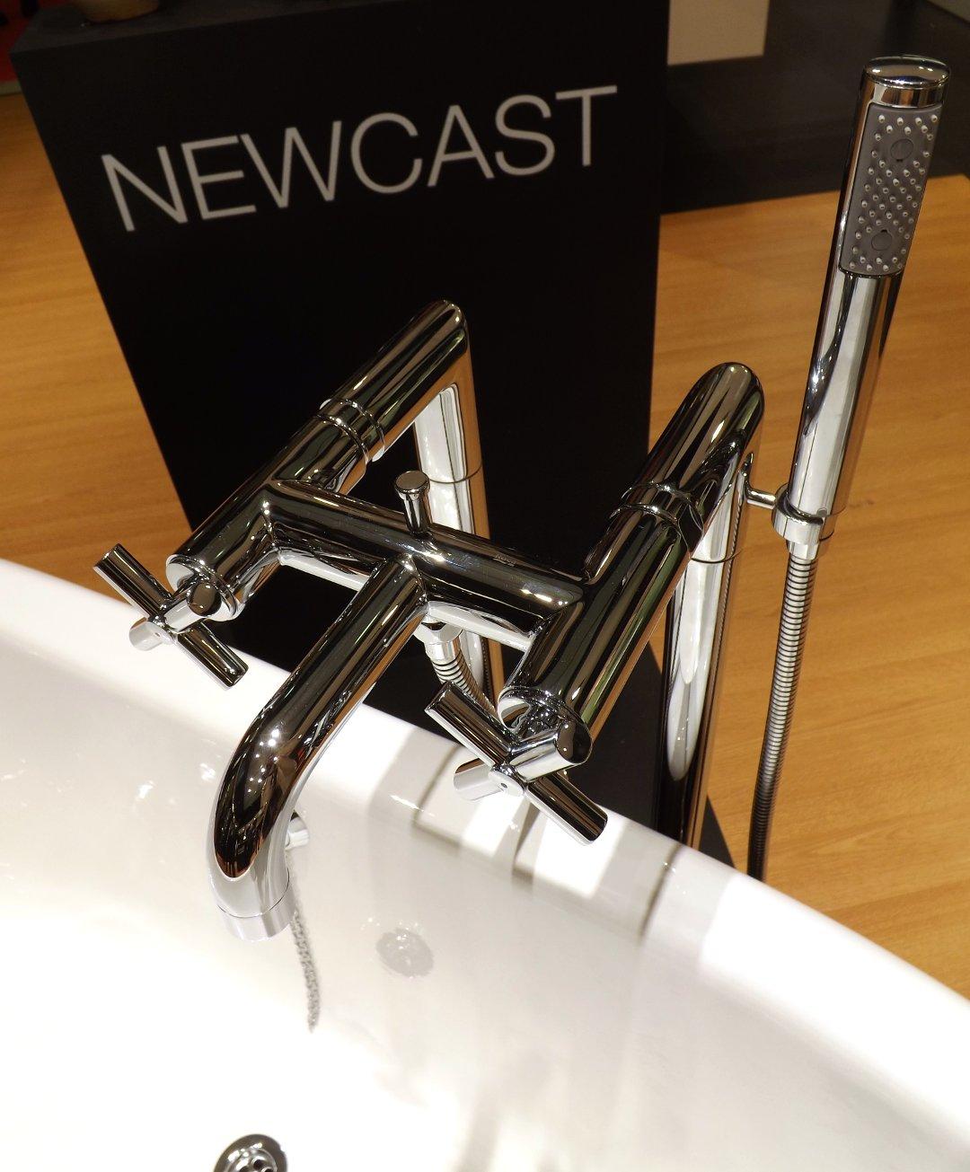Отдельностоящий смеситель для ванны из ассортимента Roca, представленный на одной из выставок MosBuild