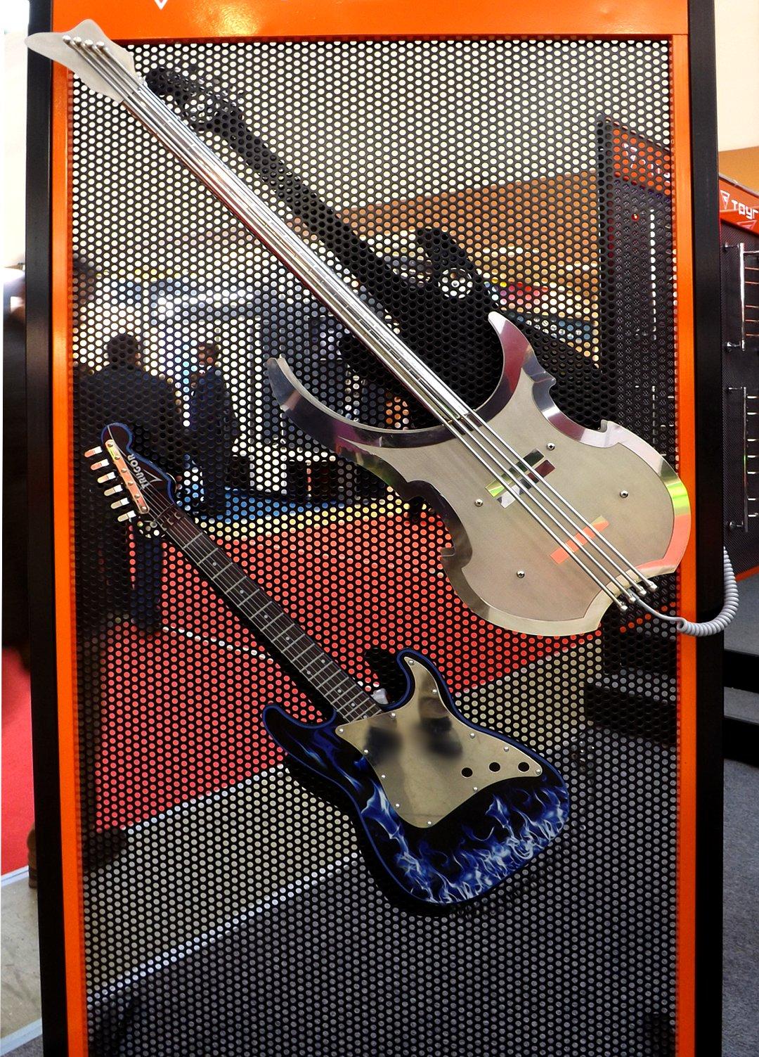 Электрические полотенцесушители в форме гитар, представленные на выставке MosBuild 2017 в Москве