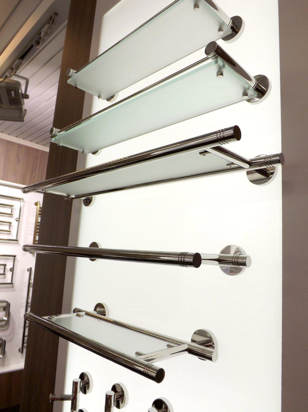 Полочки для ванной из стекла и нержавейки от бренда Сунержа, представленные на выставке MosBuild 2017 в Москве