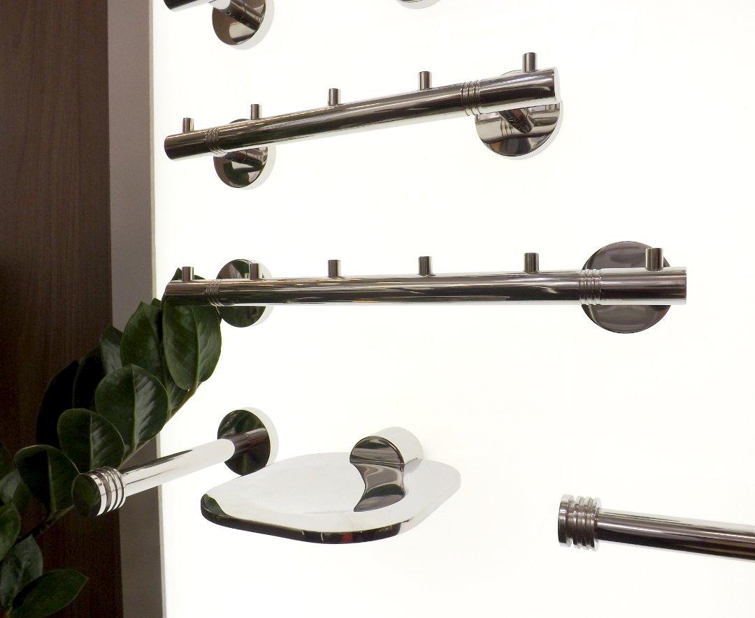 Крючки, вешалка и мыльница для ванной из нержавейки от бренда Сунержа, представленные на выставке MosBuild 2017 в Москве