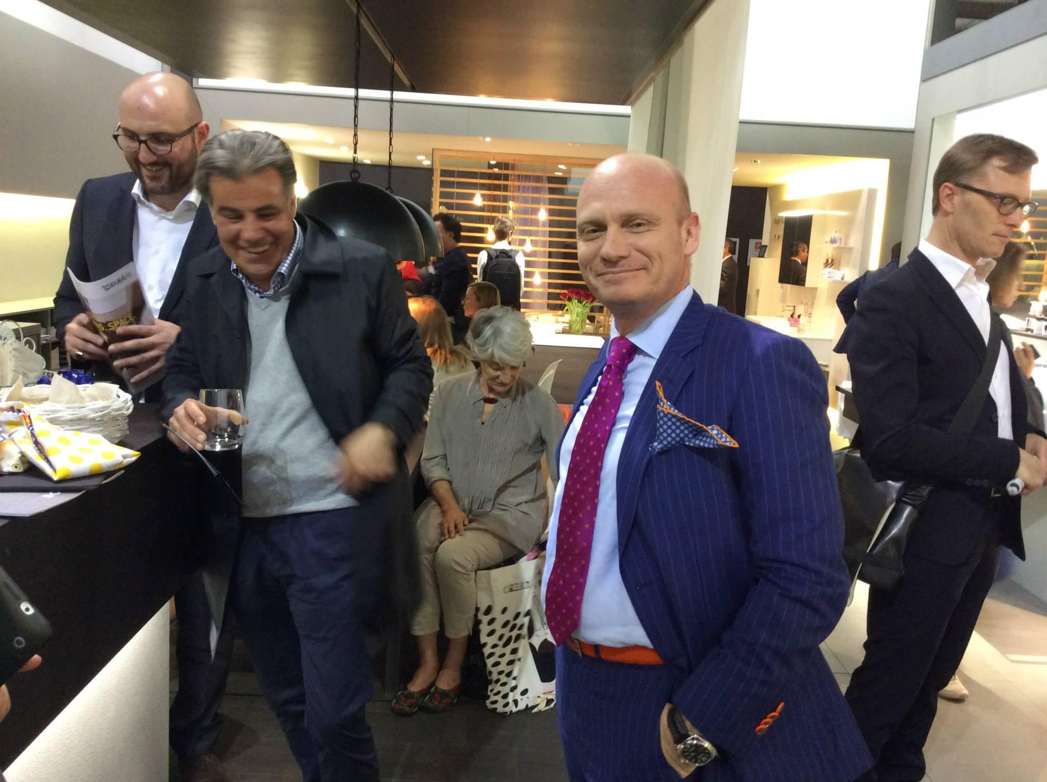 Майкл Зигер (на переднем плане) из дизайн-бюро sieger design беседует на выставочном стенде Duravit 2014 в Милане о своих проектах Happy D, X-Large, 2nd floor и т.п.