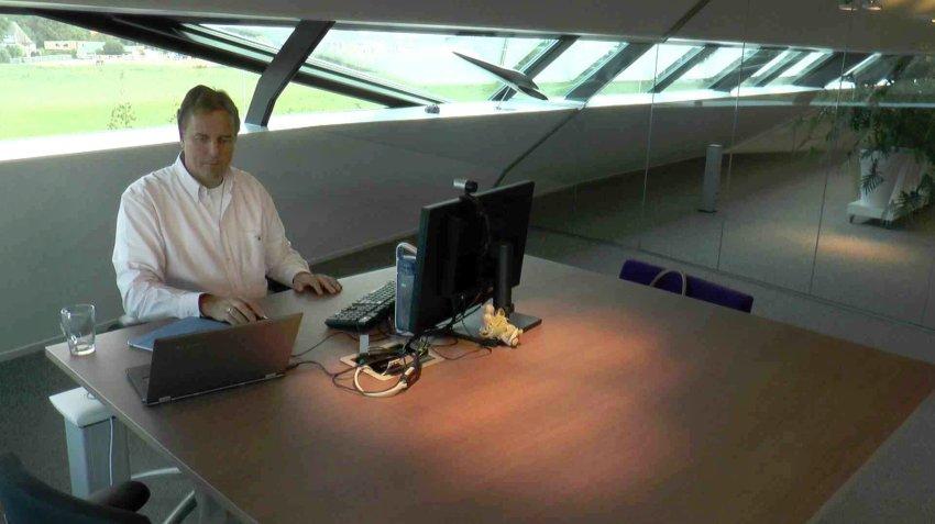 Внутри офис может выглядеть так: иллюстрация для статьи об офисе, где сотрудники обходятся без бумаги - вид А