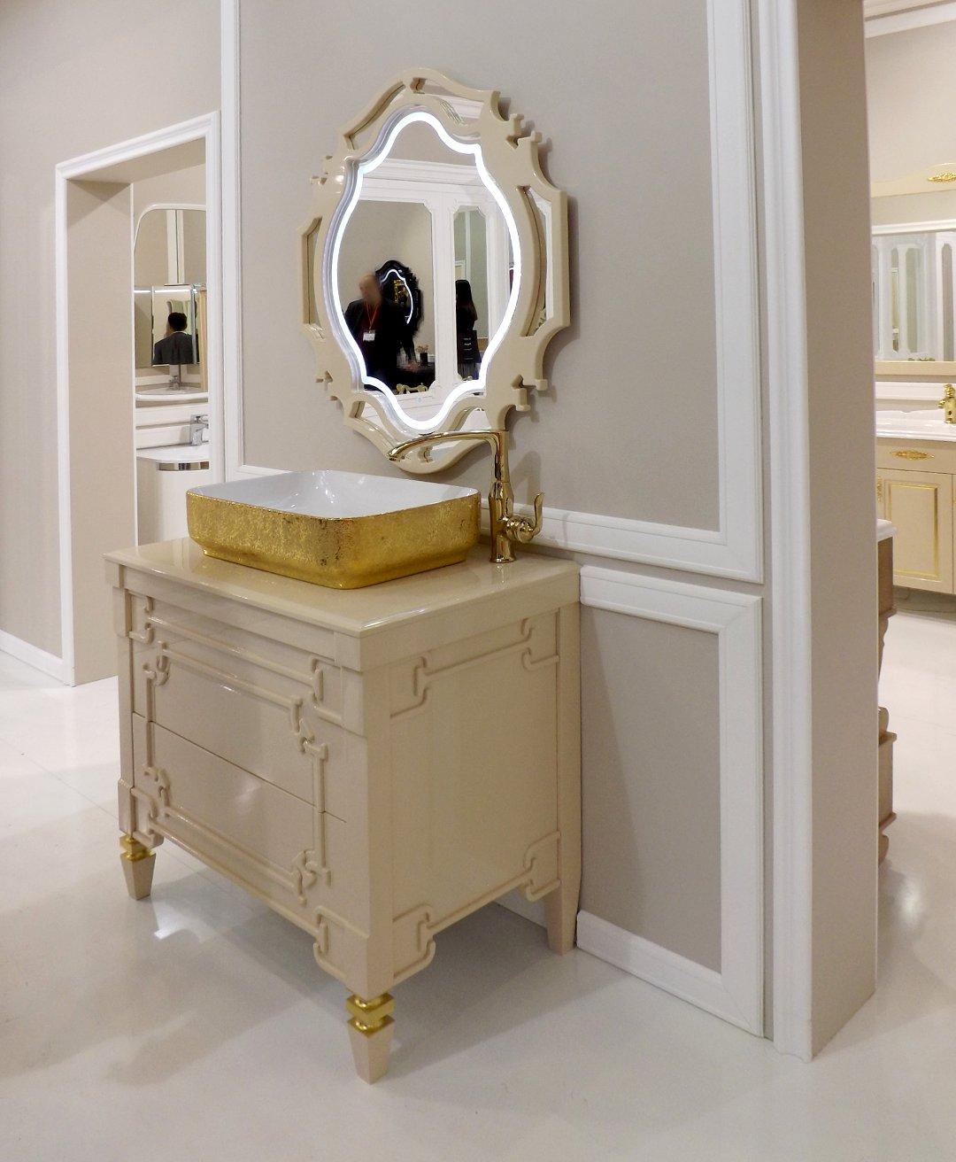 Мебель с раковиной и зеркало с подсветкой для ванной комнаты, представленные на выставке MosBuild 2017 в Москве. Вариант В
