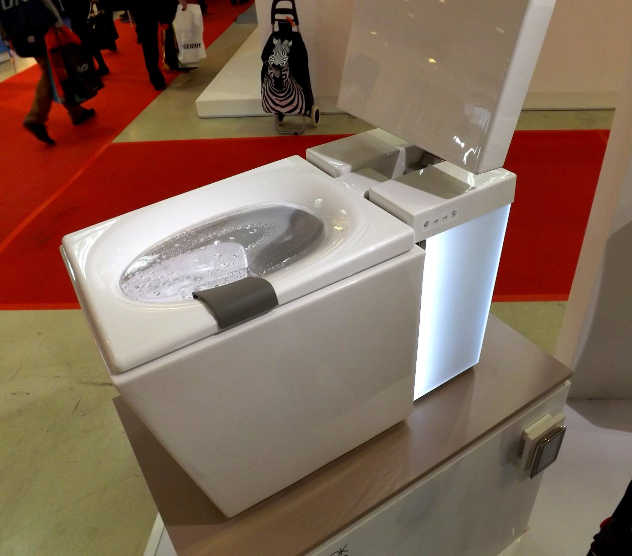 Модные тренды сантехники и аксессуаров для ванной 2016: унитаз со встроенным биде на экспозиции от Jacob Delafon и Kohler во время выставки MosBuild