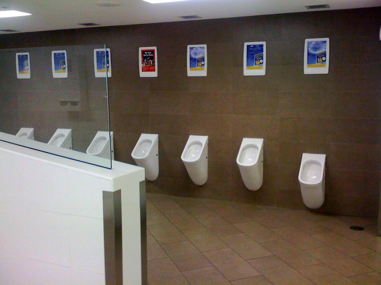 Один из общественных туалетов аэропорта в Сингапуре