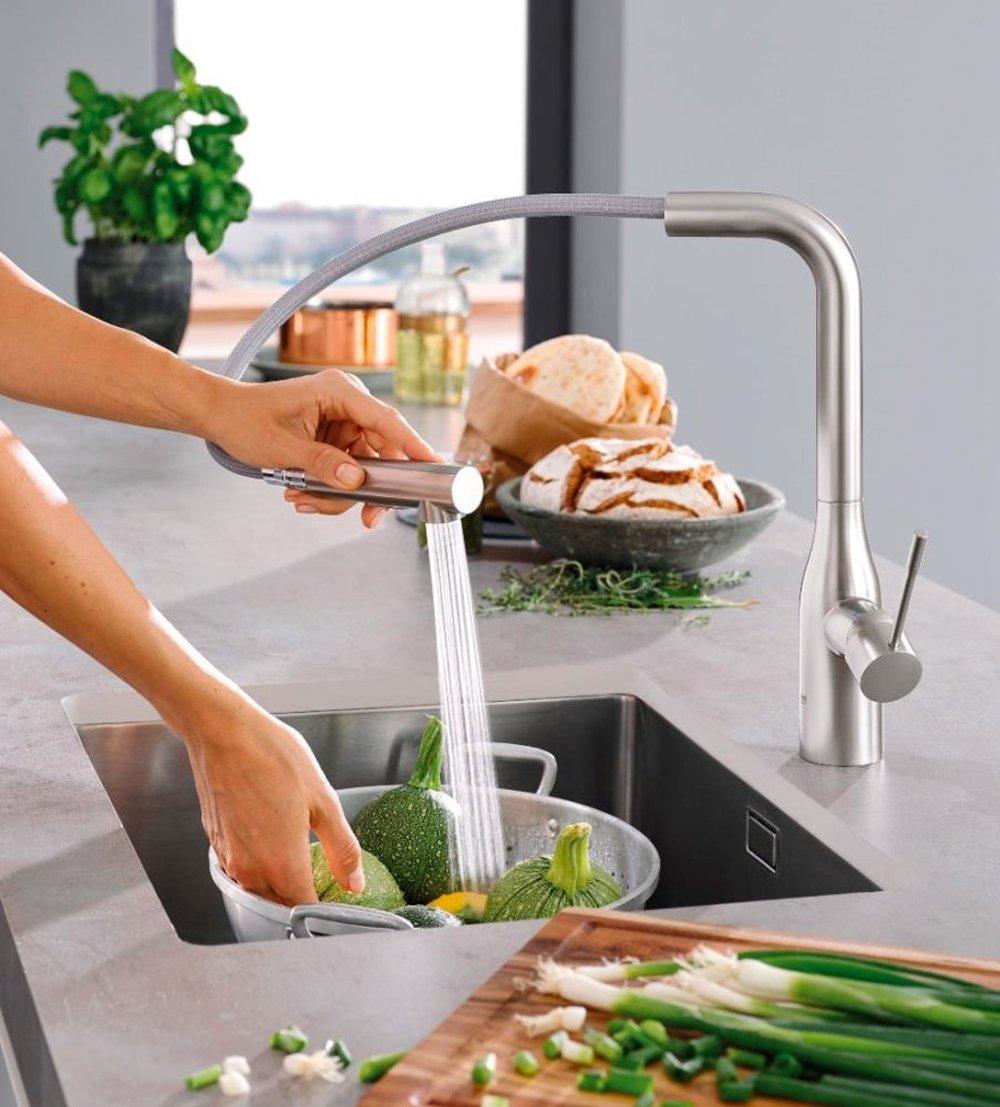 Иллюстрация применения технологии EasyDock, воплощённой в одном из кухонных смесителей из ассортимента Grohe 2016 - мытьё овощей