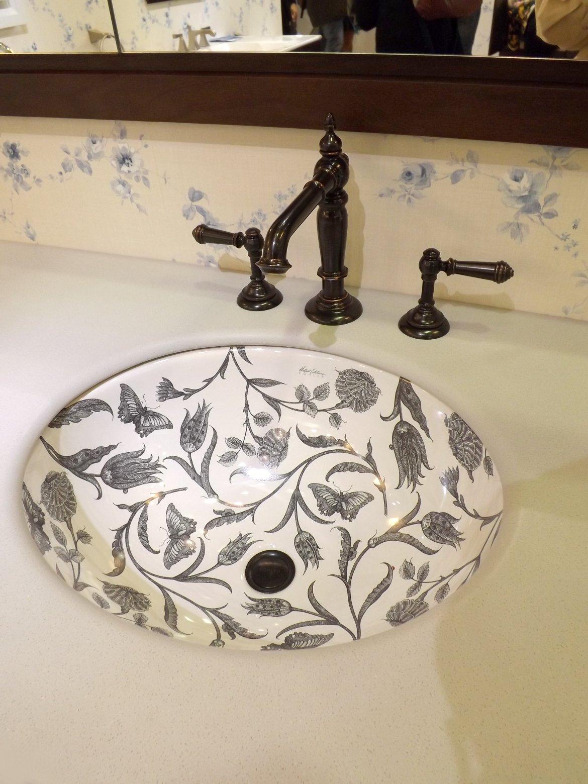 Модные тренды сантехники и аксессуаров для ванной 2016: умывальник со встроенной под столешницу чашей раковины на экспозиции от Jacob Delafon и Kohler во время выставки MosBuild