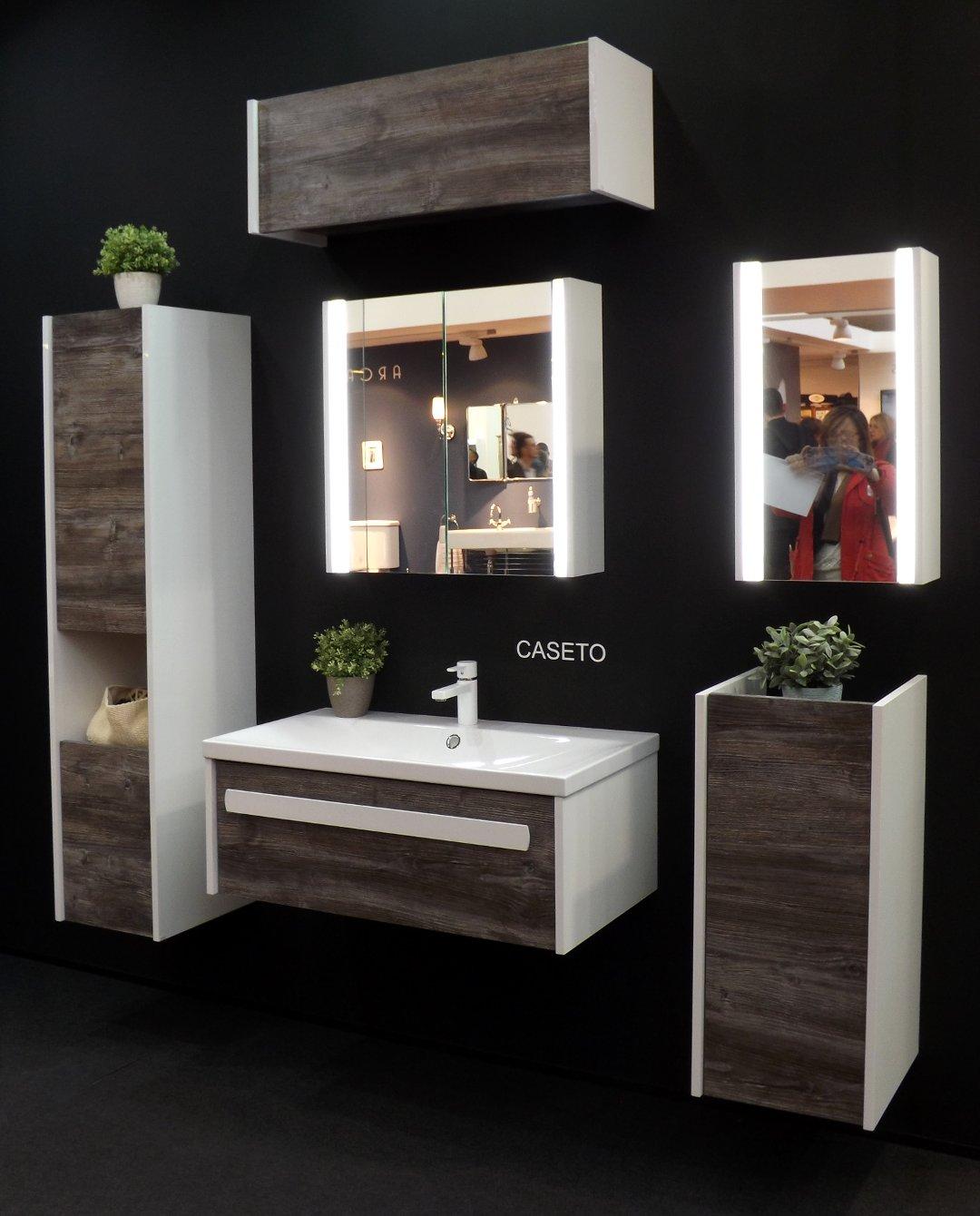 Мебель с раковиной и зеркало с подсветкой для ванной комнаты, представленные на выставке MosBuild 2017 в Москве. Вариант Б
