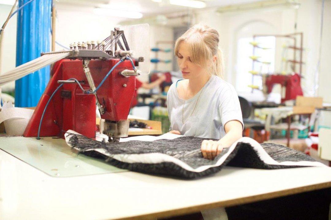 Иллюстрация к статье о новом этапе роста производственных мощностей чешского производителя ковриков для ванных Grund в 2016-м году