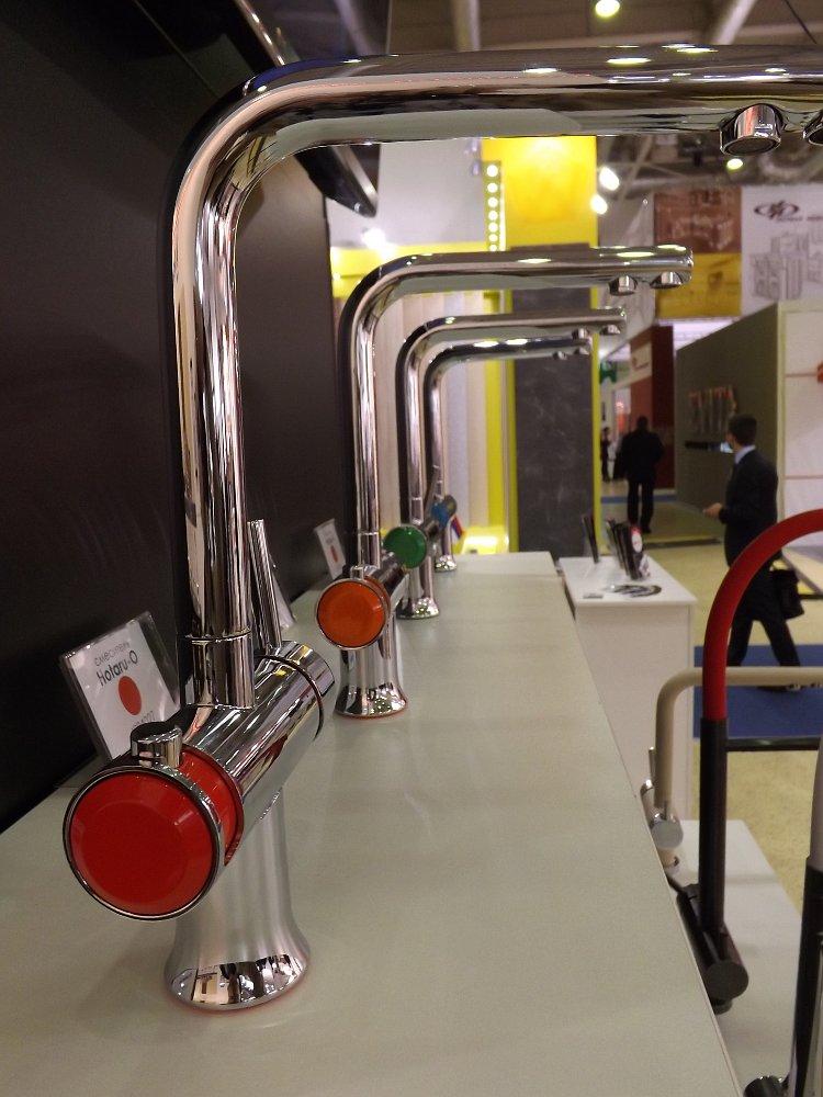 Смесители для кухонных моек Omoikiri на выставке МЕБЕЛЬ 2013 в московском Экспоцентре. Вид Б