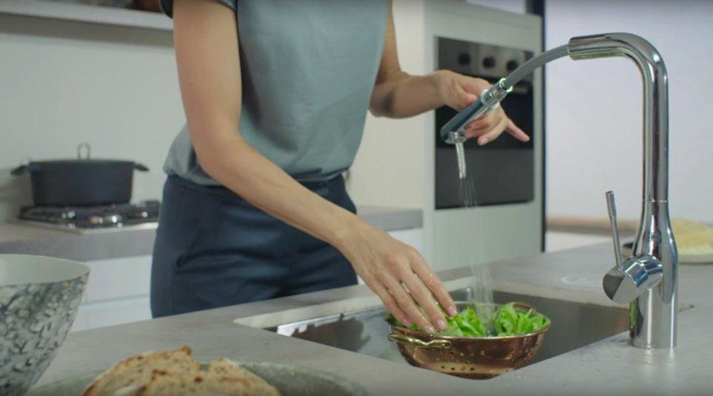Иллюстрация применения технологии EasyDock, воплощённой в одном из кухонных смесителей из ассортимента Grohe 2016