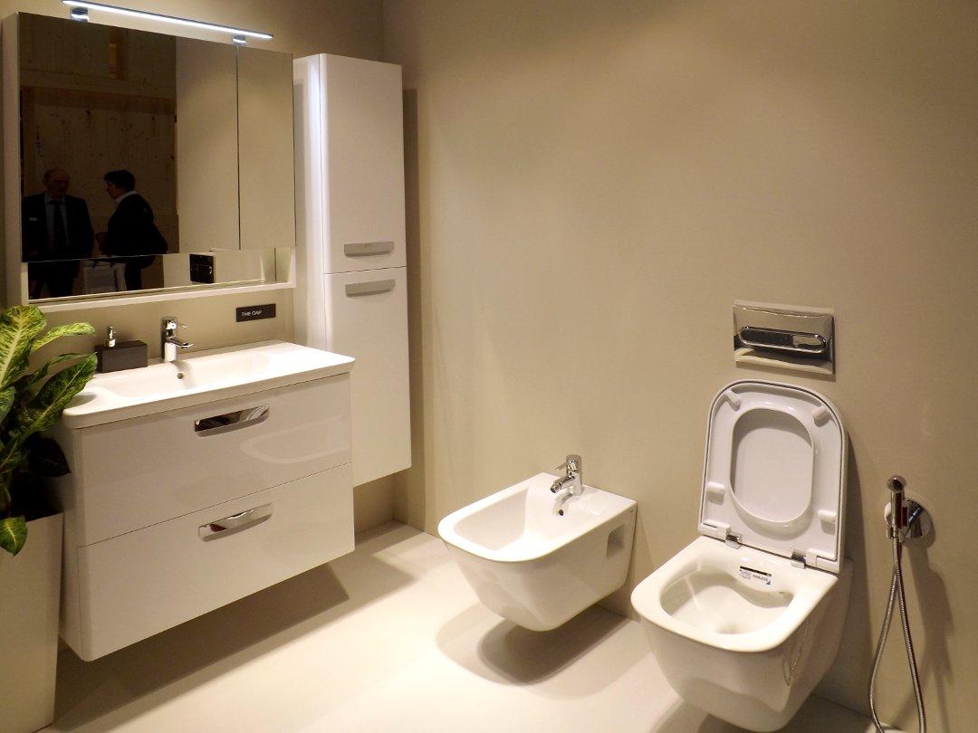 Композиция из мебели и санкерамики для ванной комнаты с безободочным унитазом от Roca, представленная на выставке MosBuild 2017 в Москве