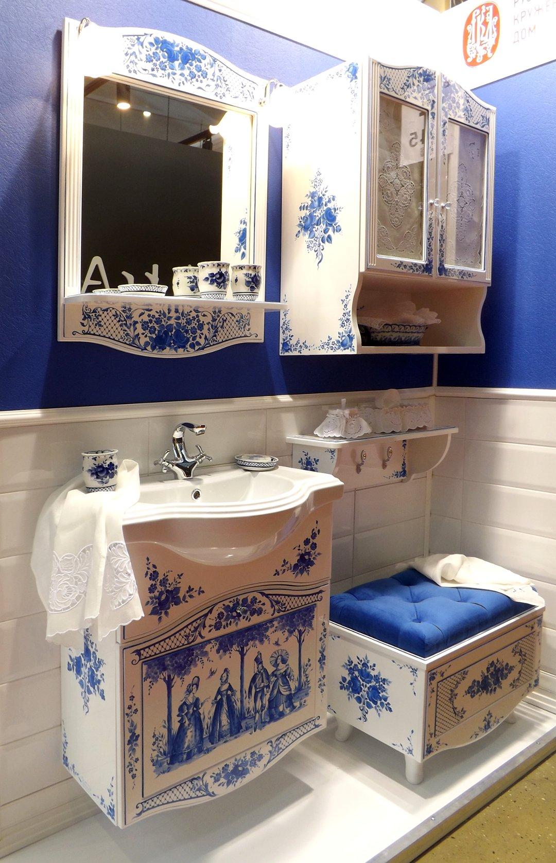 Комплект мебели и санкерамики для ванной комнаты, украшенный росписью в стиле Гжель, представленный на выставке MosBuild 2017 в Москве