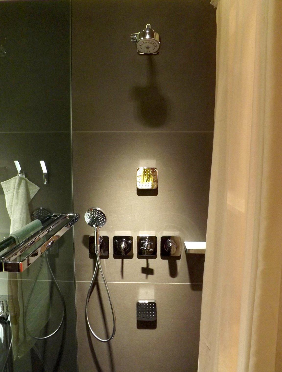Модные тренды сантехники и аксессуаров для ванной 2016: душевая с системой леек и поручнем на экспозиции от AXOR (Hansgrohe) во время выставки MosBuild