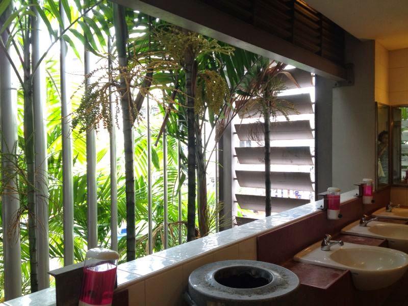 Туалет с экзотическим видом за прозрачной стеной в Сингапуре