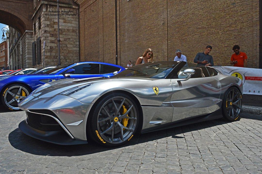 На переднем плане одна из моделей Ferrari в одном из популярнейших «цветов» современных смесителей и душевых систем от Grohe