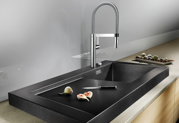 Кухонная мойка из коллекции MODEX 2012 года в цветовом исполнении из гаммы SILGRANIT с соответствующим по стилю смесителем Blanco. Вид Г
