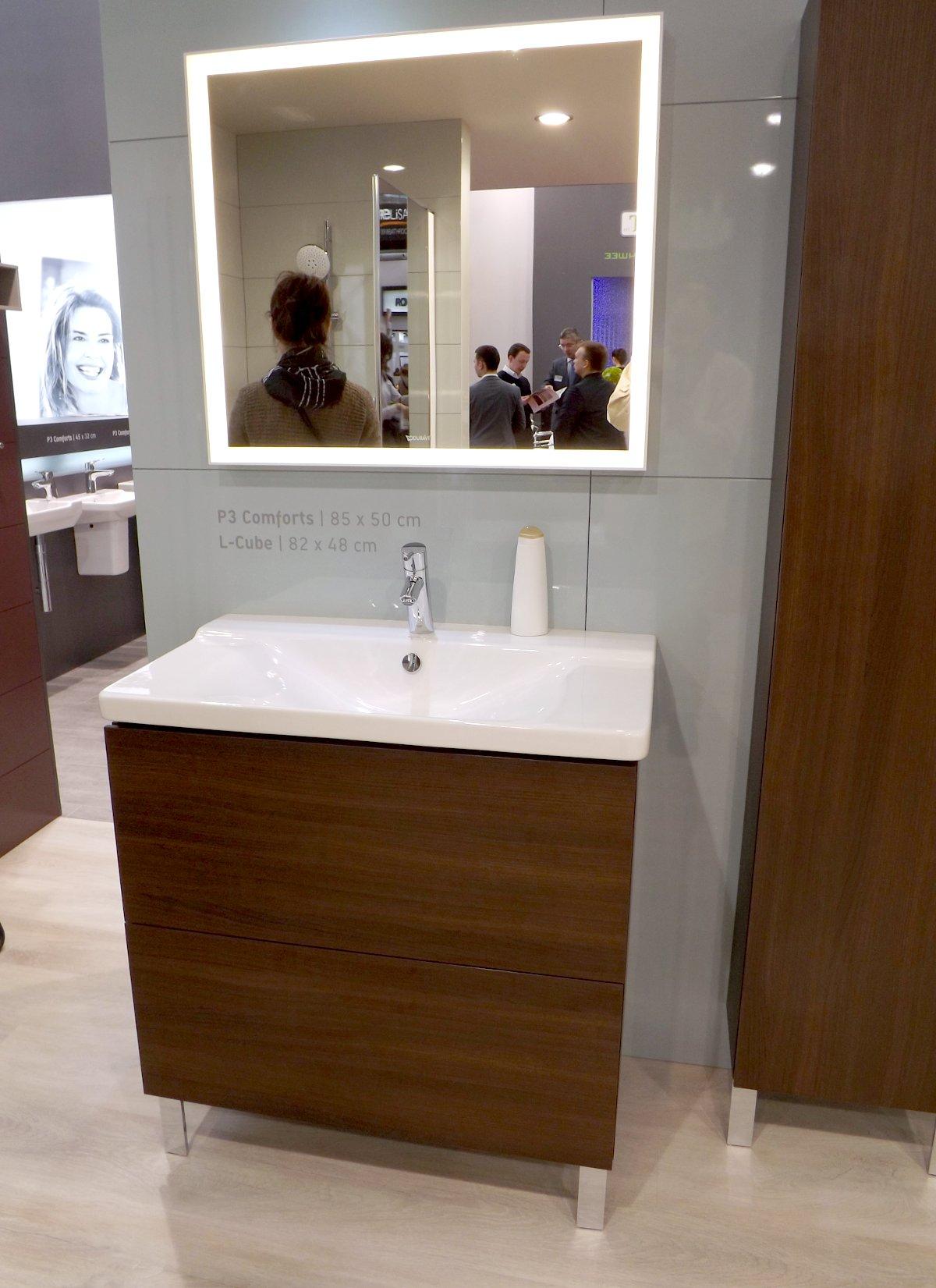 Тумба под раковину и зеркало с подсветкой из коллекции мебели для ванной L-Cube от Duravit на выставке МосБилд 2015